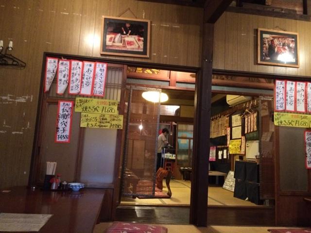 裏難波の海鮮居酒屋、魚圓の2階の座敷は昭和を感じさせ、裏難波デートにぴったりハマります。