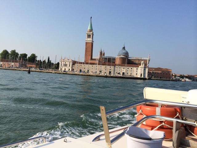 ヴェネツィアのサン・ジョルジョ・マッジョーレ島はジョジョの奇妙な冒険5部の聖地でもあります。島から離れるボートを泳いで追いかけるナランチャが見えるようです