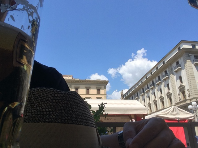 フィレンツェのオープンカフェで飲むビールはまた格別です