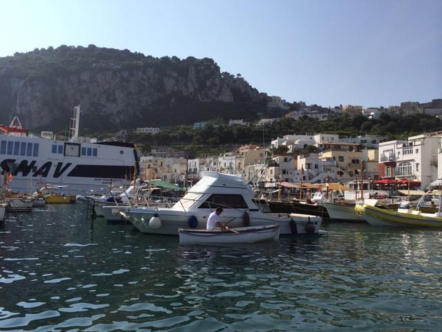 カプリ島で青の洞窟へ行くためにボートを乗換える