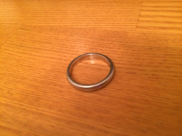 結婚指輪を寝ている間に無意識に外してしまった。フロイト心理学の錯誤行為にあたる。錯誤行為とは人には無意識に不快感を感じる物を忘れる又は無くす傾向にあるということである。つまり寝ている間に無意識に指輪を外す行為は配偶者との婚姻関係を不快に感じている可能性を意味する。