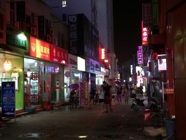 中国上海の夜の裏通り