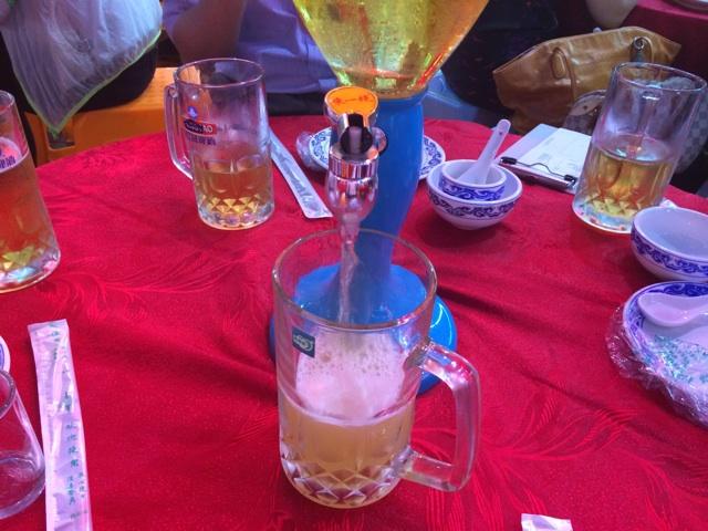 中国のビールサーバーでビールを注ぐ