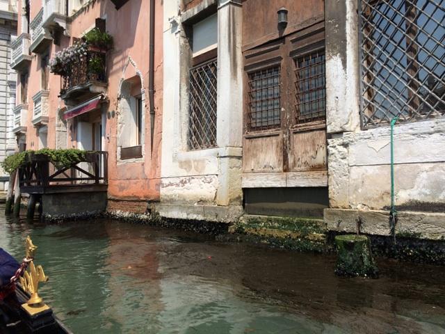 ヴェネツィアでは当時建物の入り口は運河側にあったことがゴンドラからよくわかる