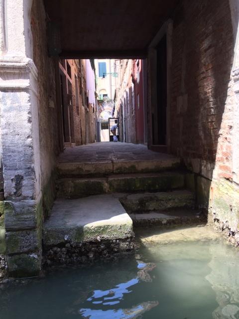 ヴェネツィアでゴンドラに乗って見た運河の風景