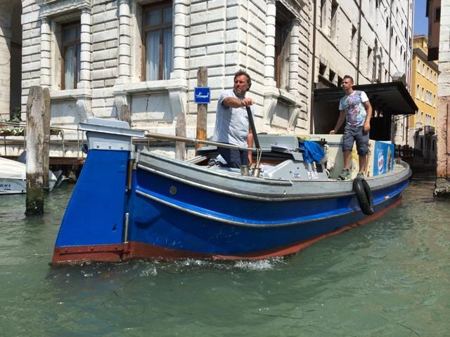 ヴェネツィアでの物流は現代でも船