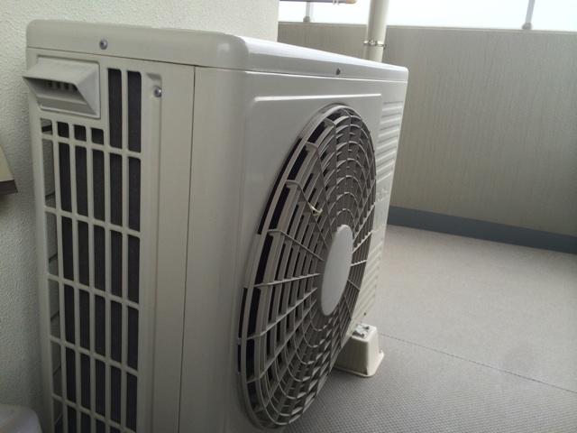 ベランダに設置しているエアコンの室外機