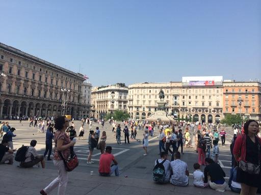 イタリアのファッションの中心、ミラノのドゥオーモ広場