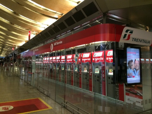 イタリアでは切符もカードで購入できます。写真はローマ中央駅の切符売り場。
