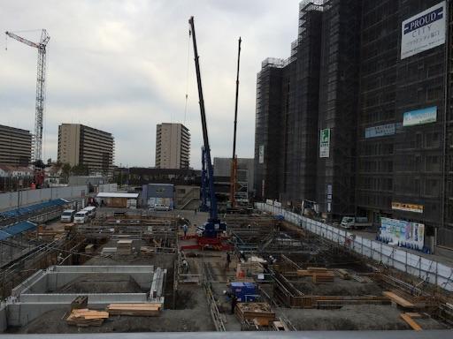 2016年5月に完成予定のズットシティ塚口駅前ビルの基礎工事。隣接するマークフロントはほぼ立ち上がっている。