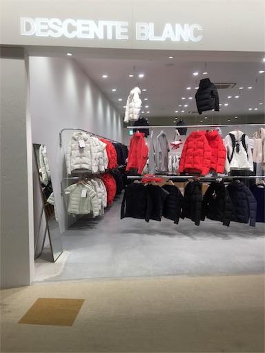 デサントブランは大阪府の万博公園の巨大ショッピングモール、ららぽーとエキスポシティ2階にある。ダウンジャケットだけでなく様々なアウターを取り揃えている。白を基調とした店内。