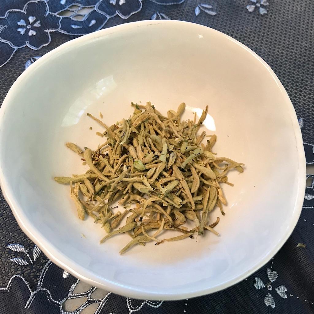 熱を取り解毒作用のある金銀花の蕾