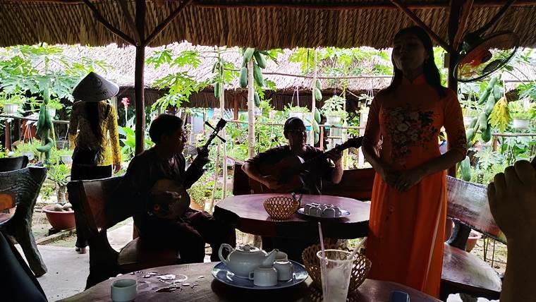 ベトナム民謡演奏と歌