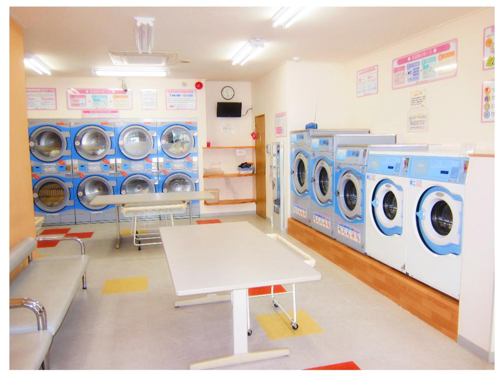 洗濯機5台と乾燥機10台を設置。両替機・駐車場あります。