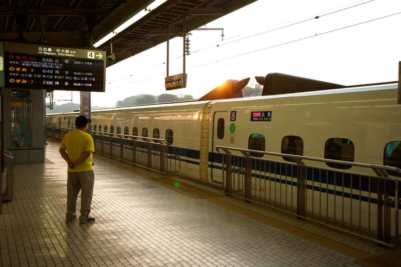 朝6時の新横浜駅ホーム