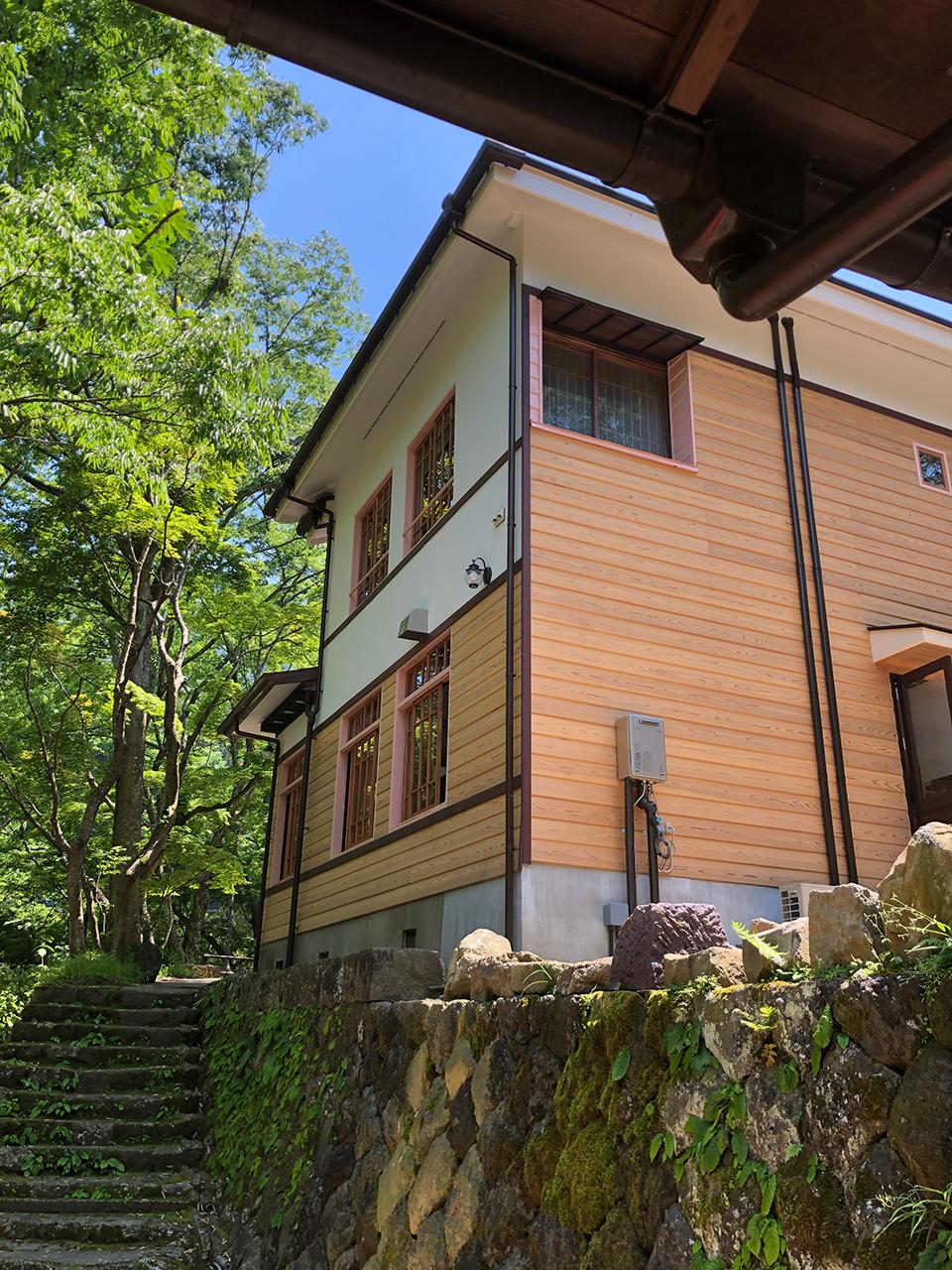 箱根函嶺の本館と浴室棟を結ぶ階段