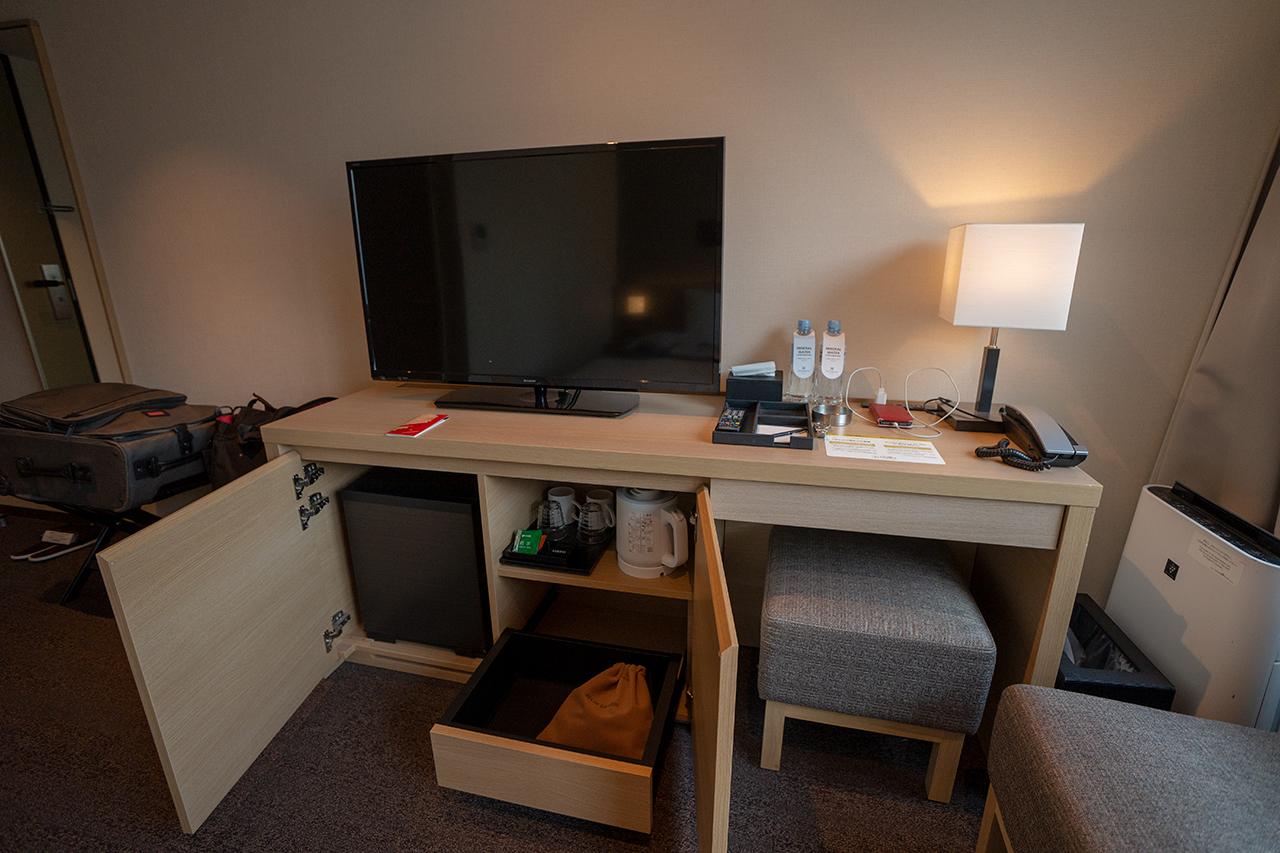 ホテルインターゲート京都四条新町の客室ライティングデスクとチェア