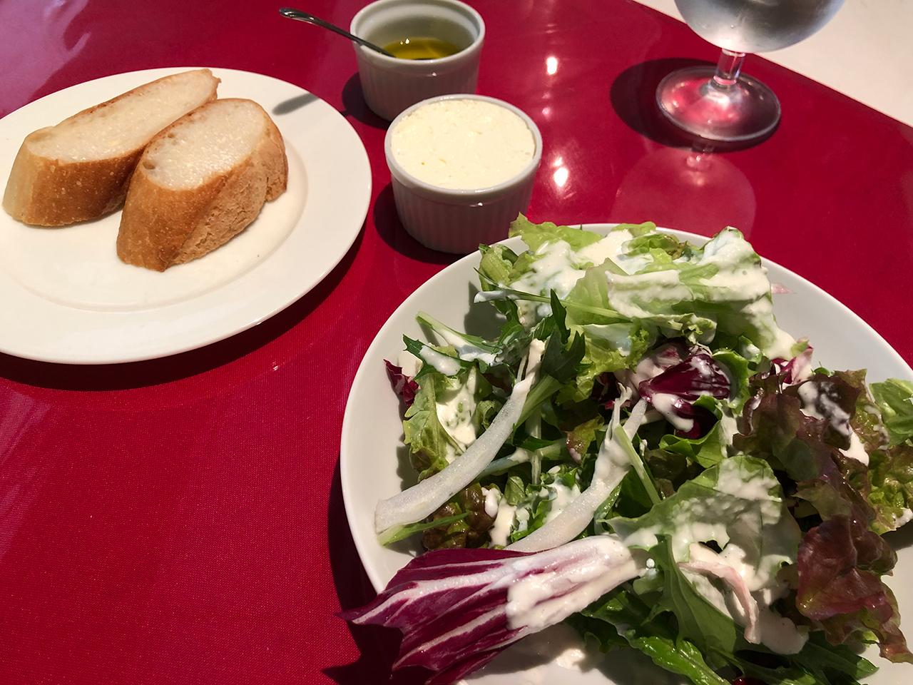 〈ラバッツア〉のパスタランチで提供されるパンとサラダ
