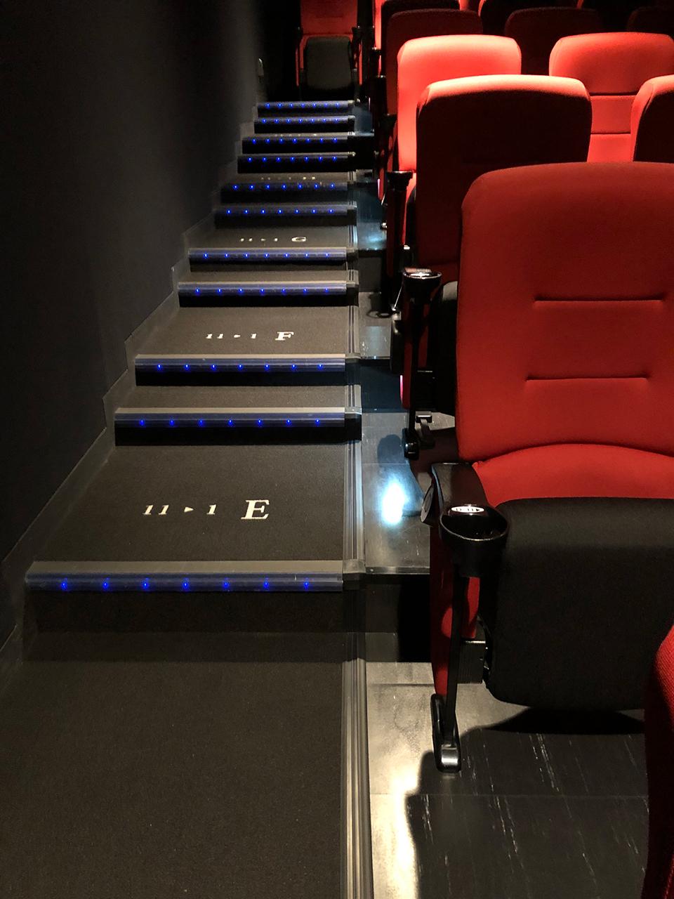 〈KINO cinema みなとみらい〉シアター内階段とシート