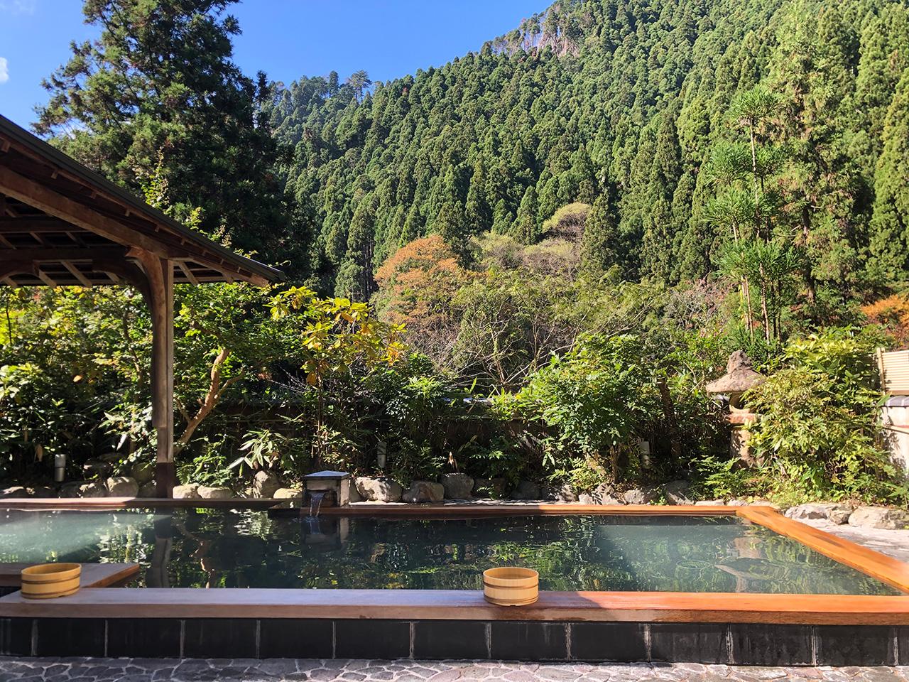 〈くらま温泉〉の露天風呂「峰麓湯」