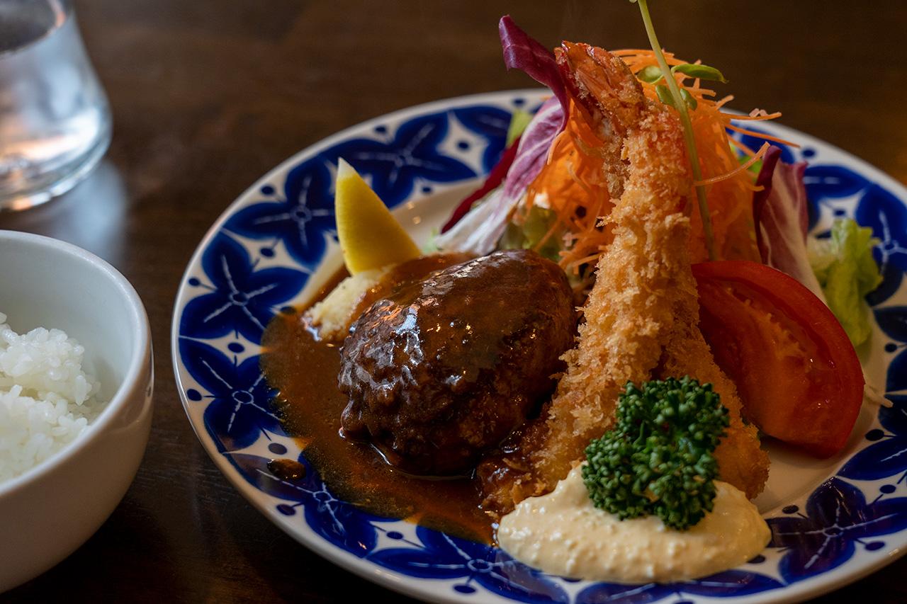 〈浅井食堂〉のハンバーグとエビフライセット