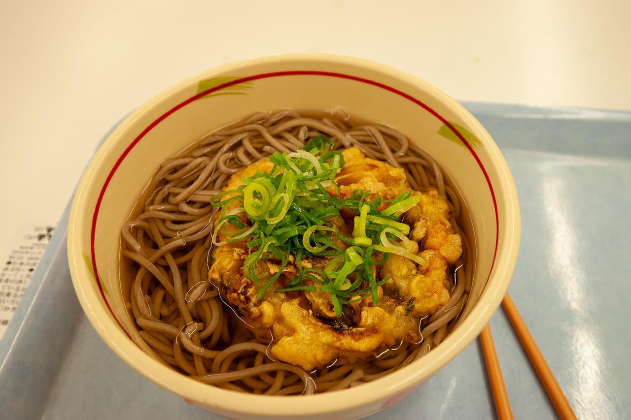同志社大学の良心館食堂で天ぷら蕎麦
