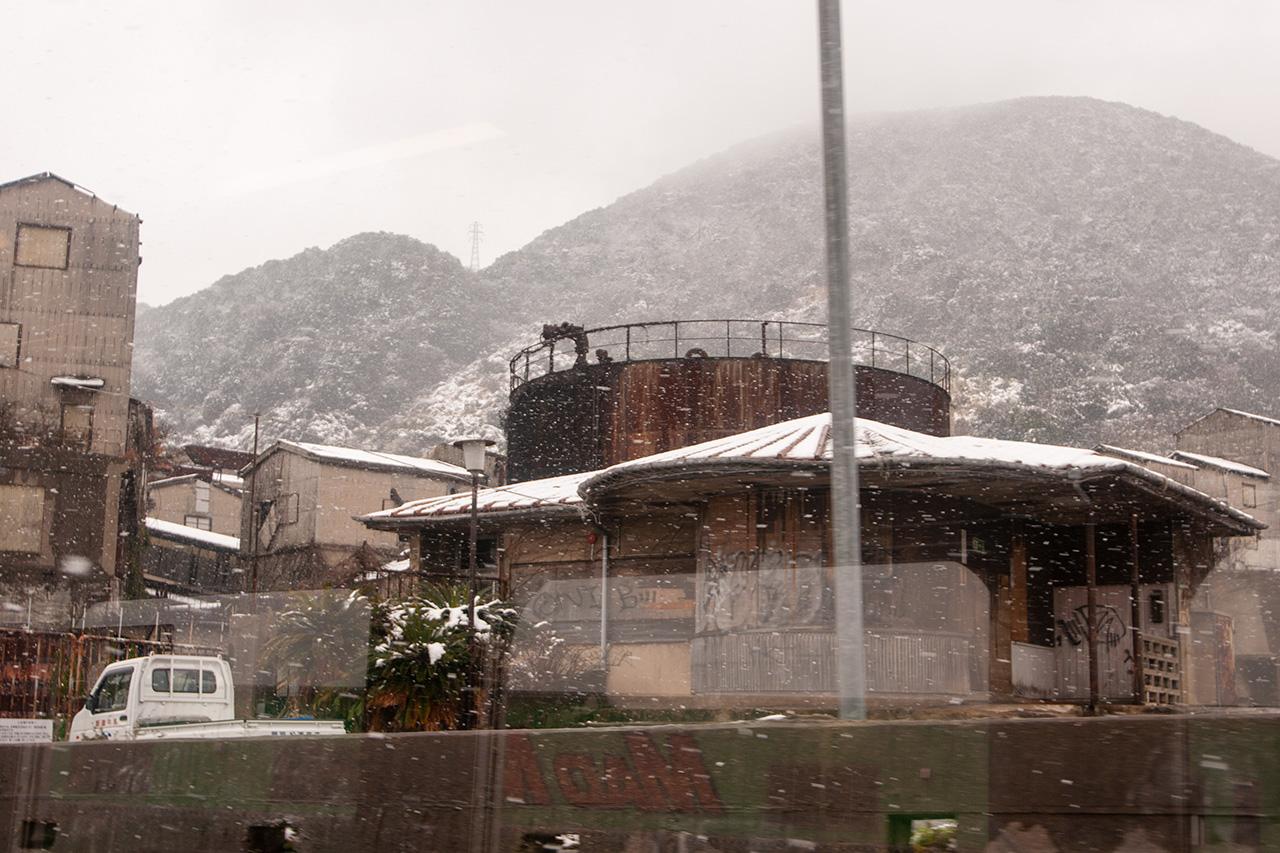 列車で門司港駅へ。