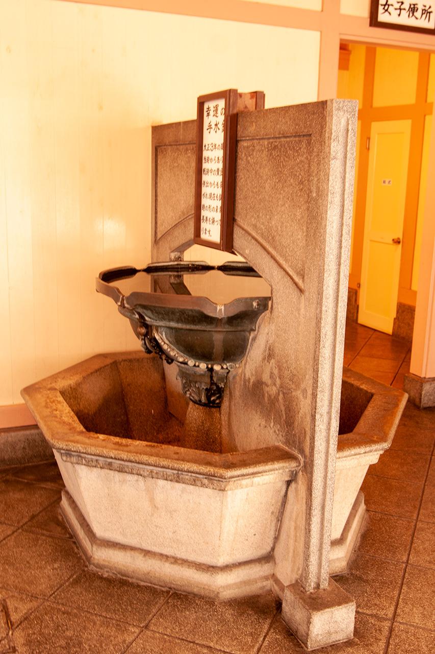 門司港駅の「幸運の手水鉢(ちょうずはち)」