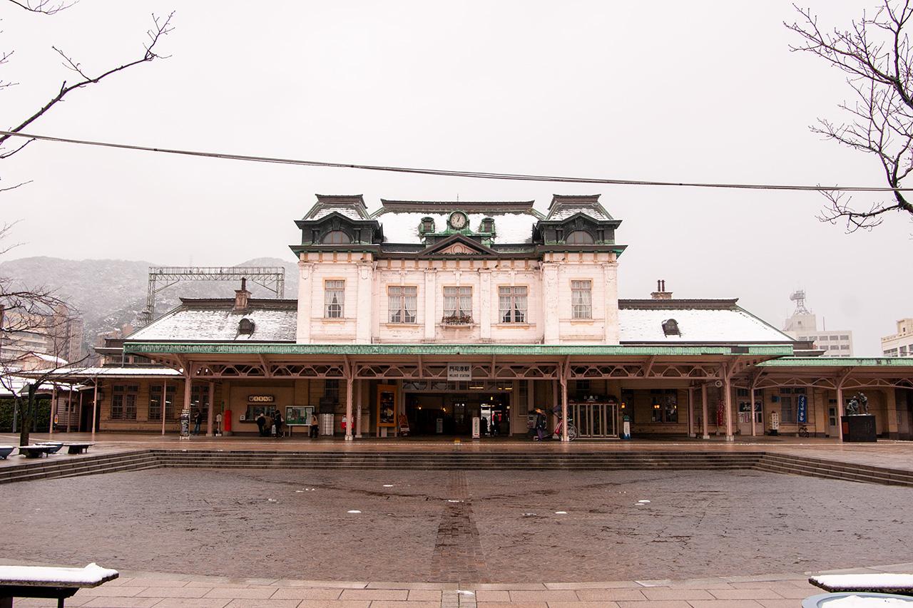 雪中の門司港駅