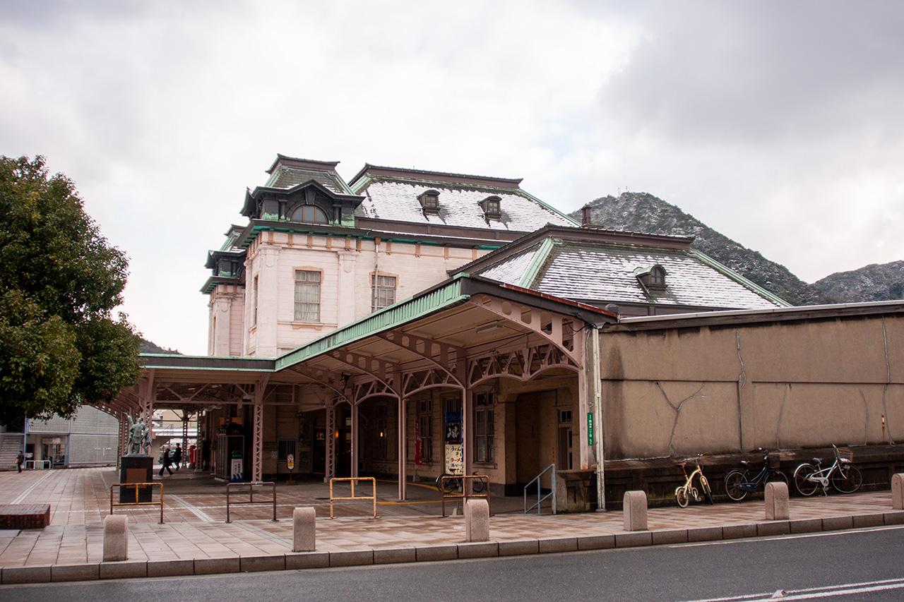 側面から見た門司港駅