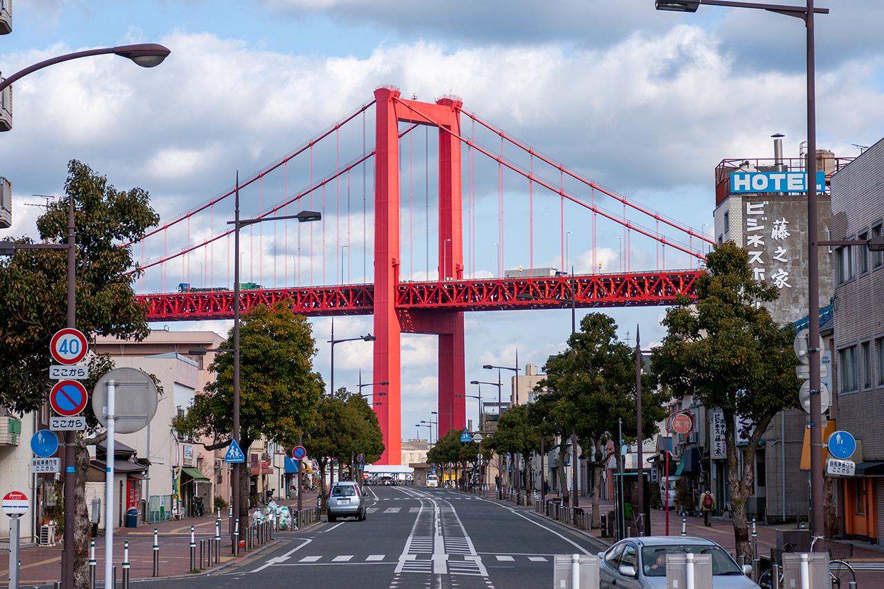 戸畑駅前から若戸大橋を望む