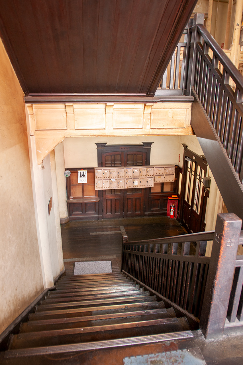 上野ビル1‐2階階段踊り場