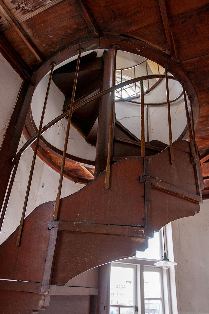 秋田商会の屋上に続く木製の螺旋階段