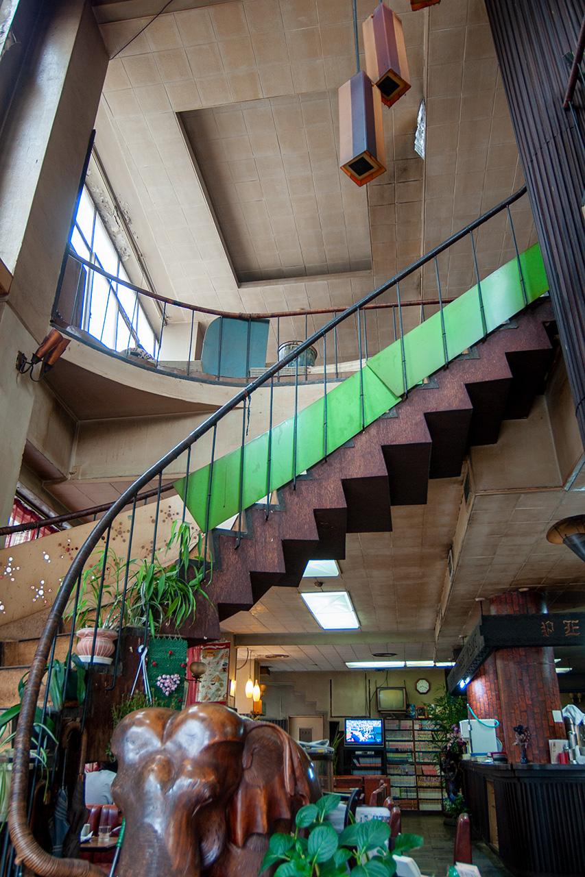 広島・純喫茶パール店内らせん階段