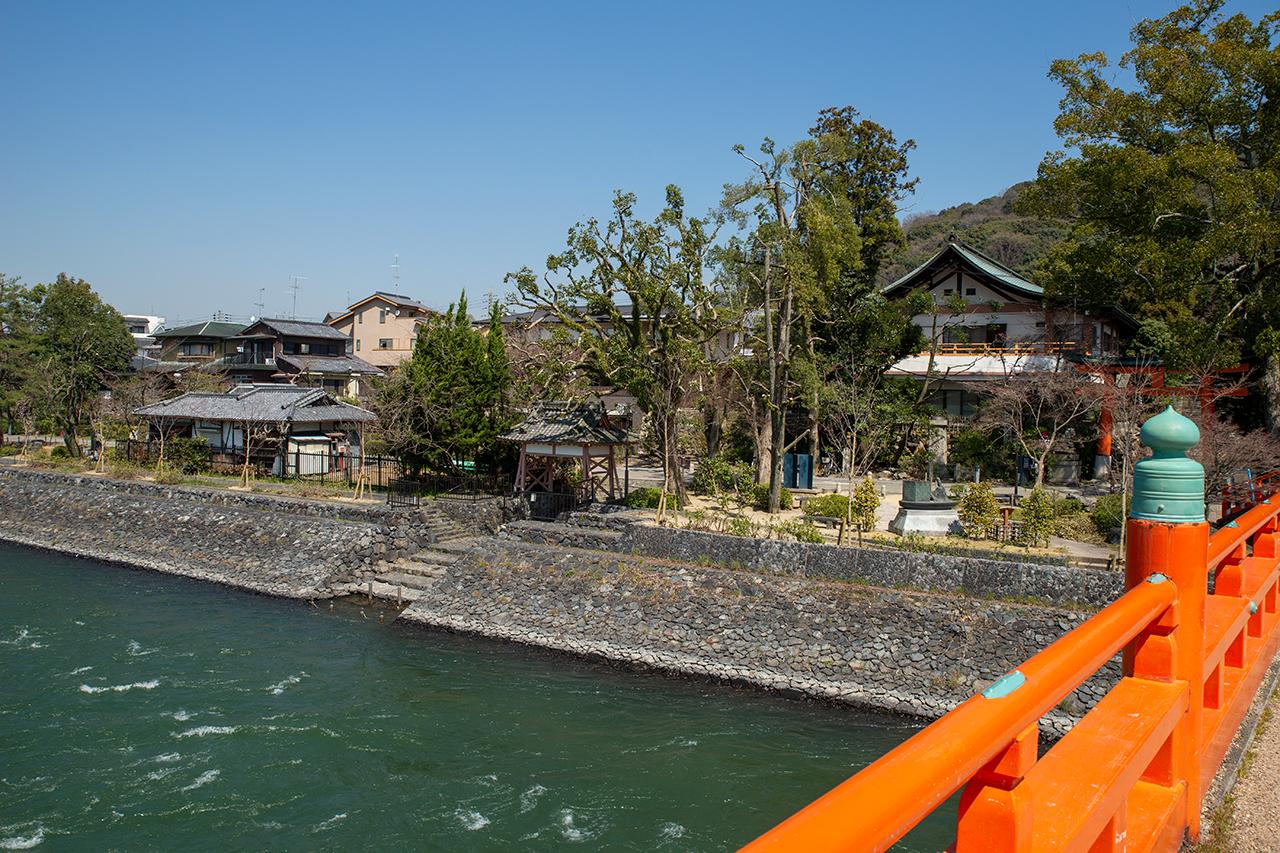 宇治川朝霧橋から宇治神社船着き場を望む
