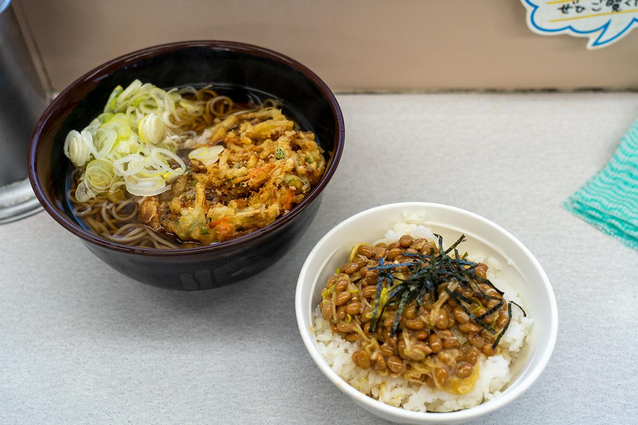 海員生協 大黒3号店うどんコーナーの かき揚げ蕎麦と納豆ご飯