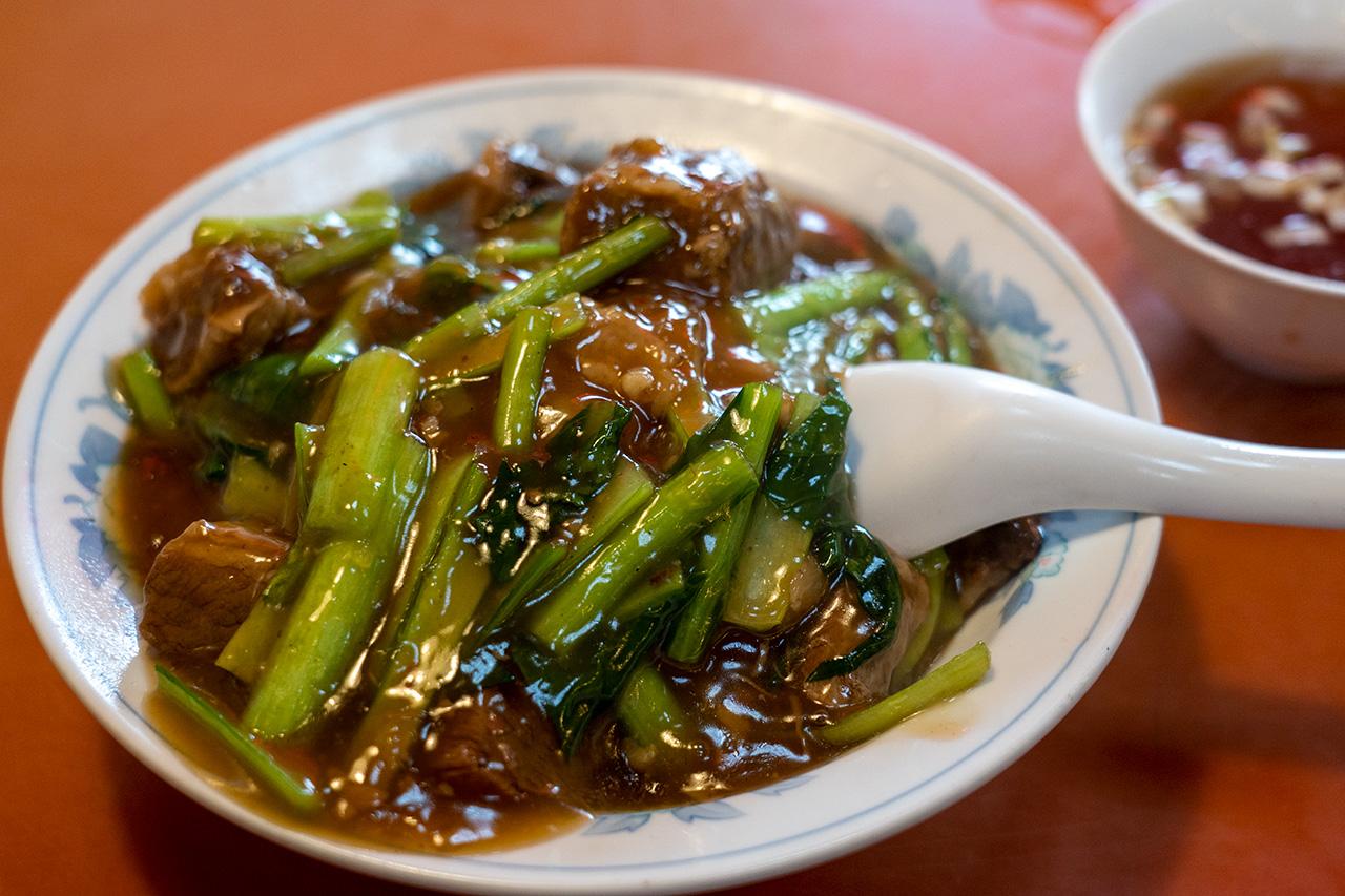 東方紅飯店市場店の牛バラ肉かけご飯
