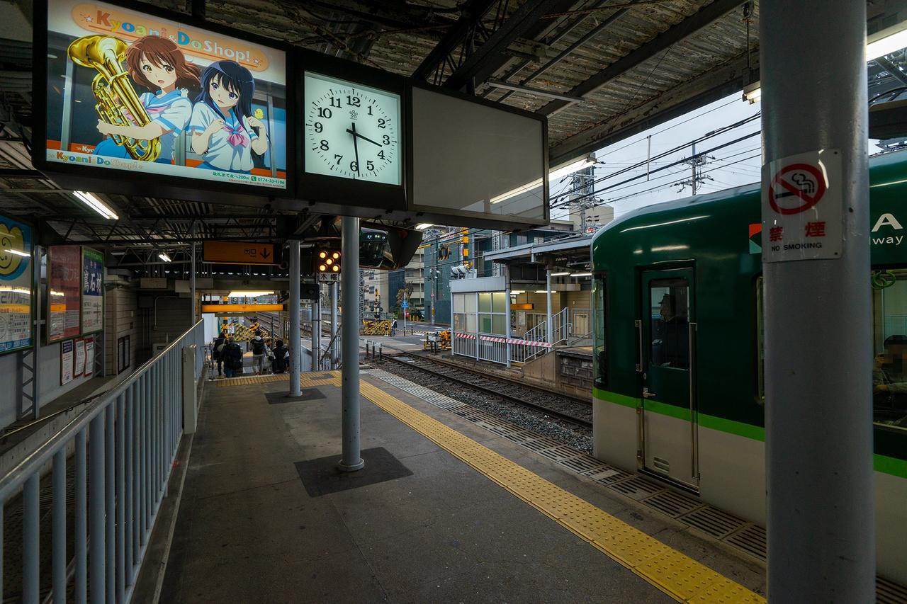 京阪木幡駅ホームの京アニショップ広告