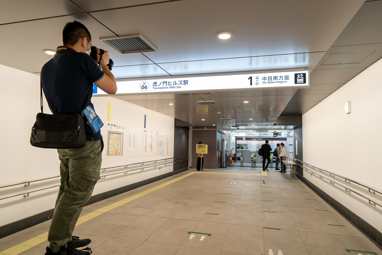 東京メトロ〈虎ノ門ヒルズ〉駅改札へ続く通路