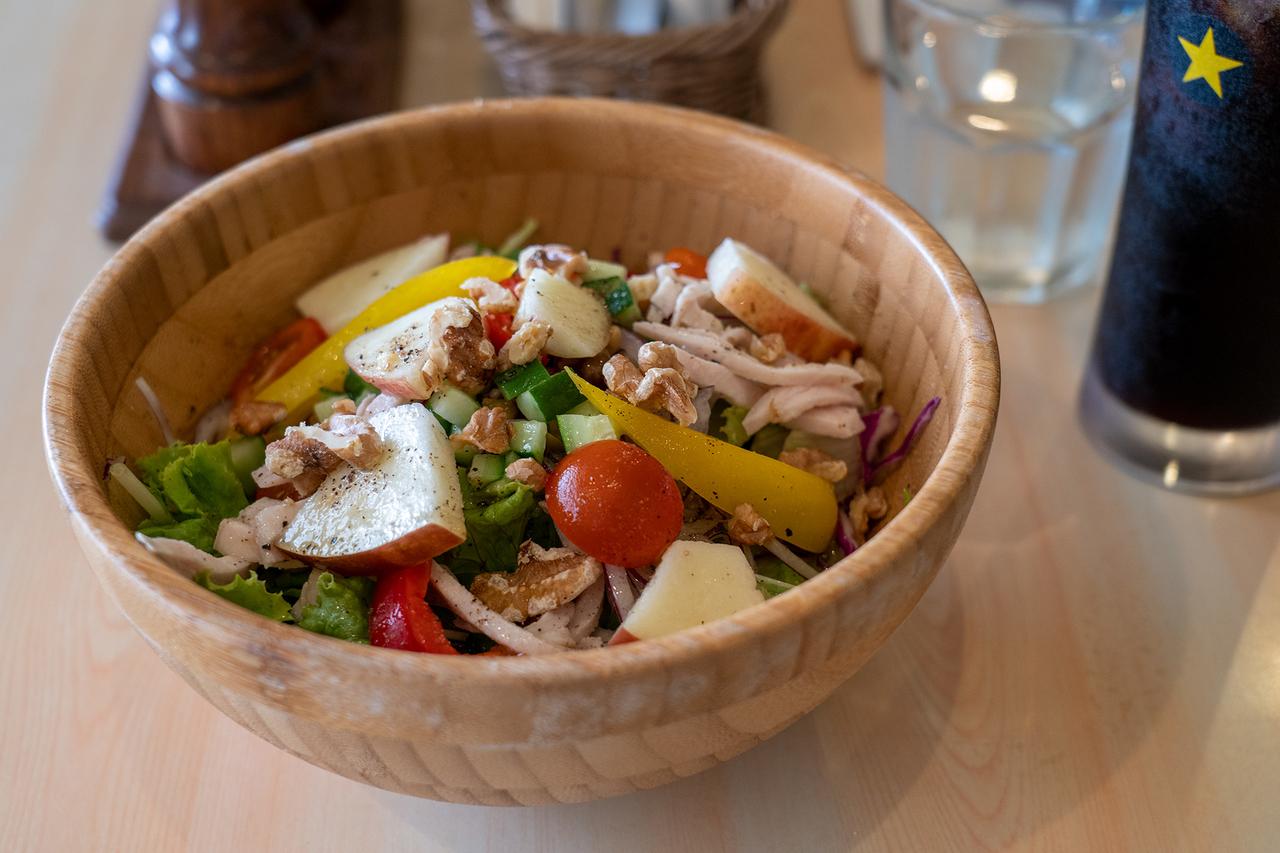 レストラン〈Mollison's〉のパワーサラダ