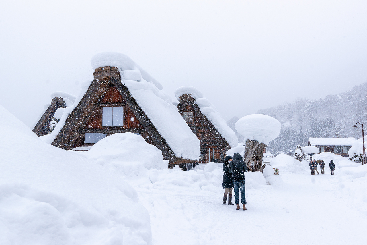雪化粧の白川郷合掌造り集落