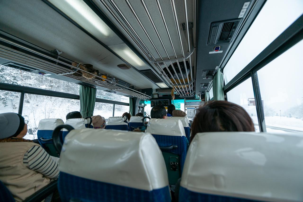 白川郷へ向かうバス車内