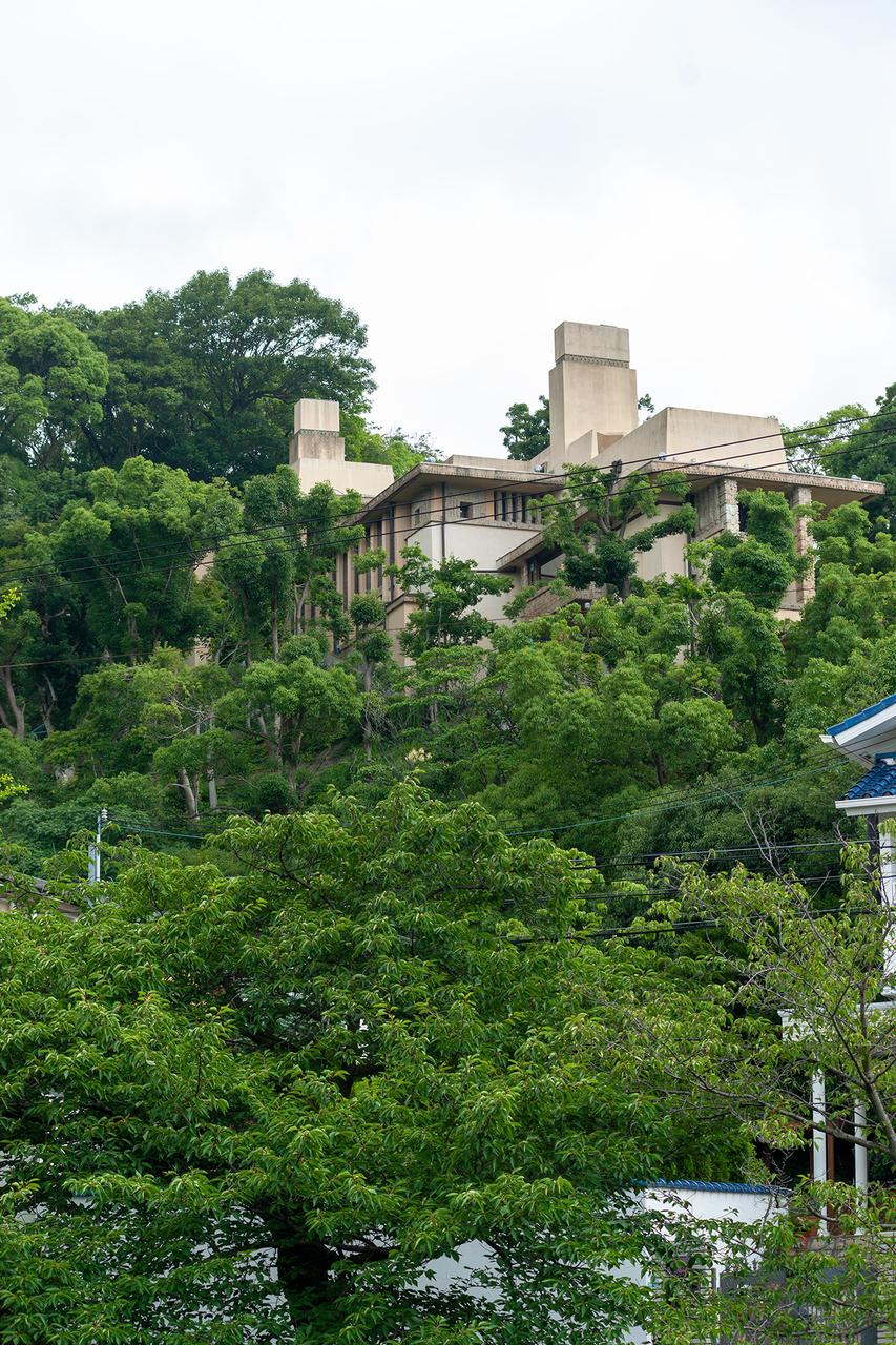芦屋川から、斜面に階段状に施工されている〈ヨドコウ迎賓館(旧山邑邸)〉