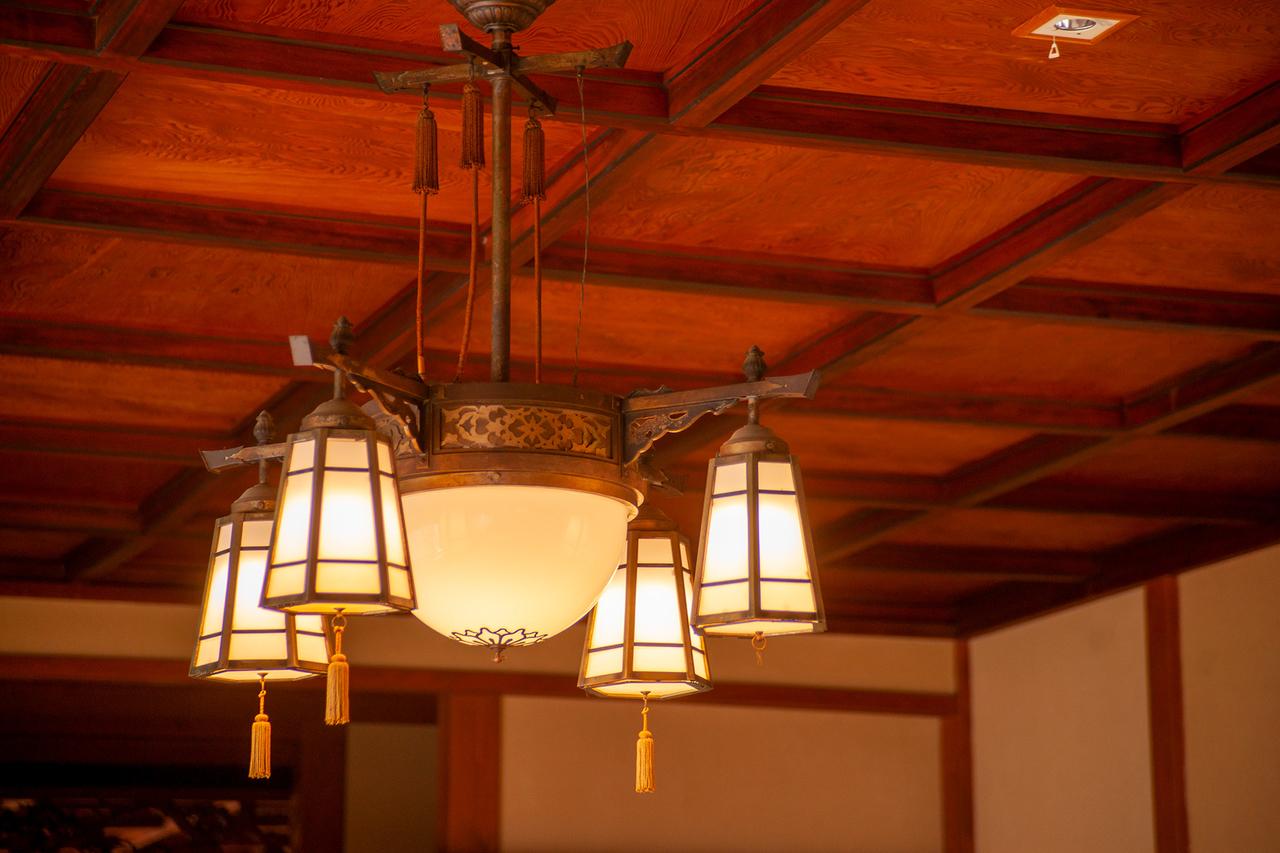 「東海館」大広間の凝った照明器具