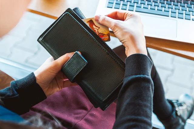 クレジットカード利用する画像