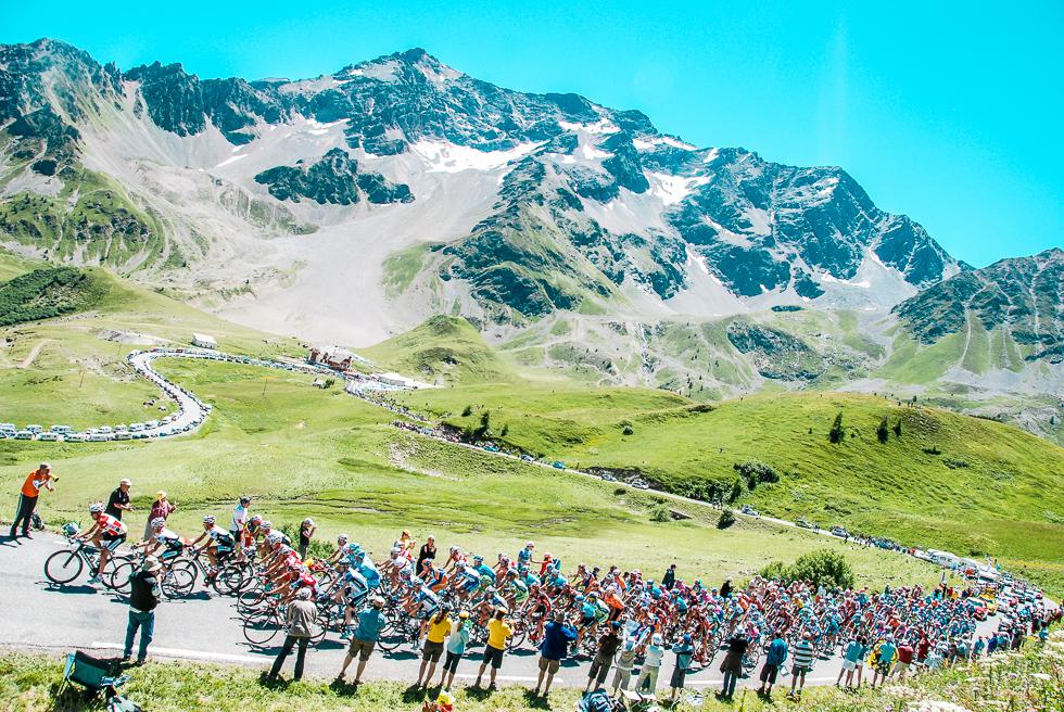 ツール・ド・フランス 山岳を越える選手たち