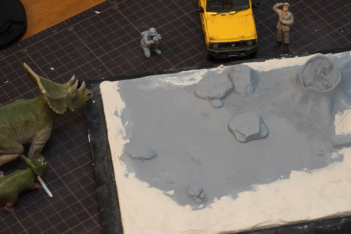 キットのベースで不足しているところをガンガン粘土で埋めていく