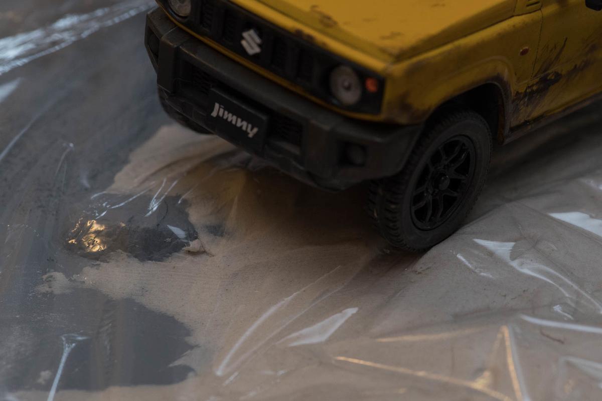 ラップの上からタイヤを押しつけて轍を作る