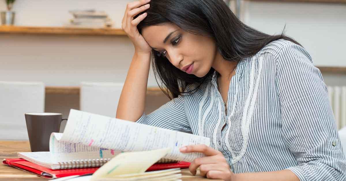 勉強がわからないためイライラする女性