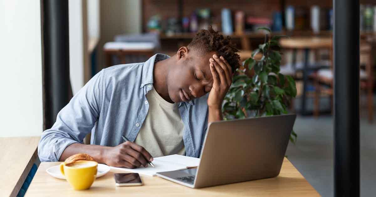 勉強がわからないためイライラする男性